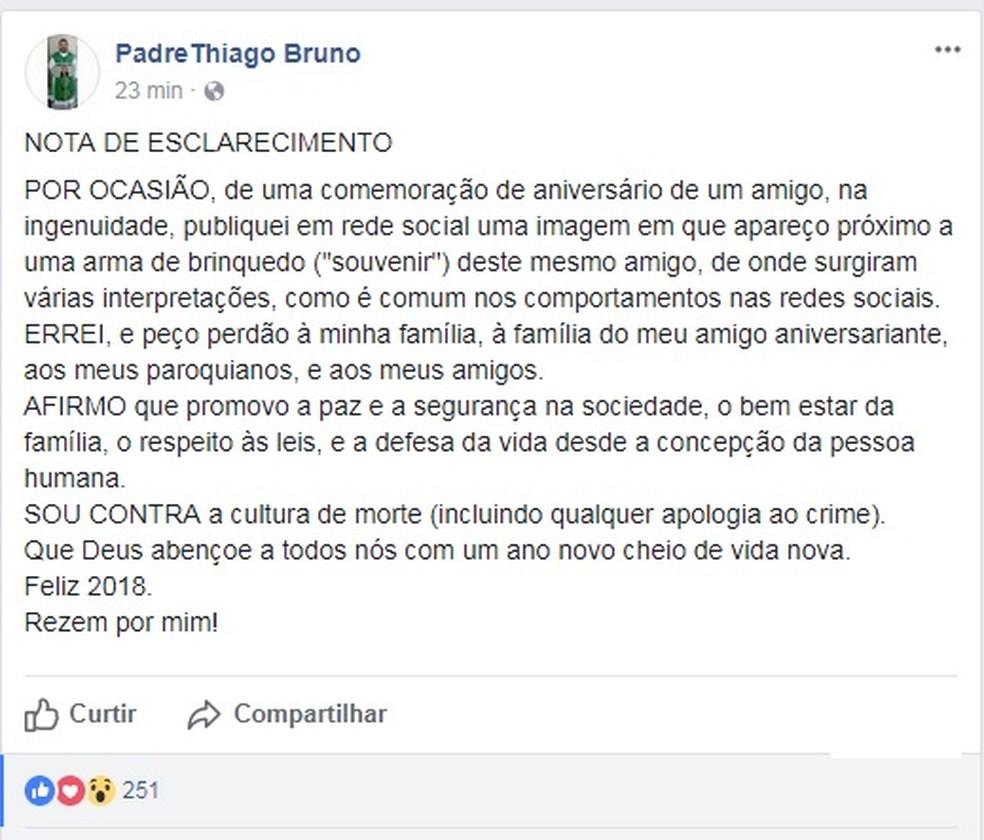 Padre publicou nota após polêmica com arma em foto (Foto: Facebook/Reprodução)