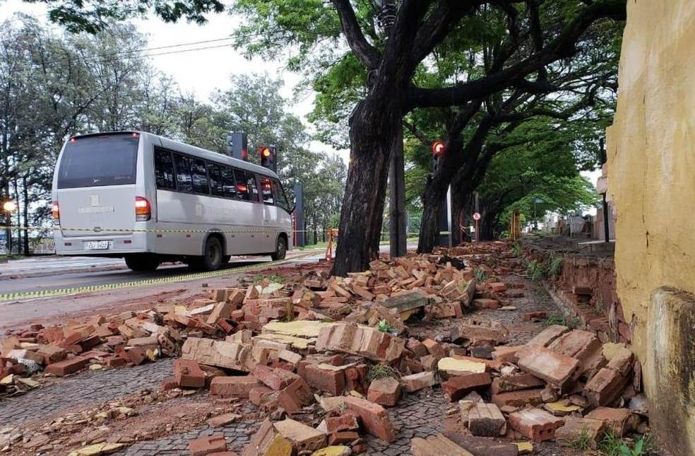 Ao menos 15 metros de muro cederam com a chuva em São Carlos — Foto: A Cidade ON/São Carlos