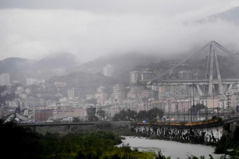 Ponte colapsou nesta terça-feira (14) em Gênova, na Itália (Foto: Luca Zennaro/ANSA via AP)