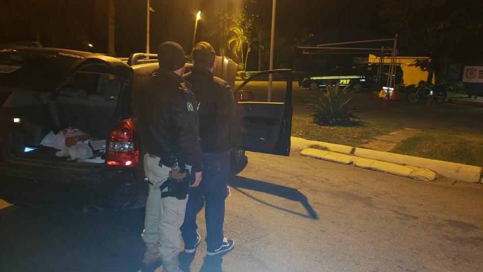 Motorista é flagrado com carro clonado durante blitz na Via Dutra, em Barra Mansa  — Foto: PRF/Divulgação