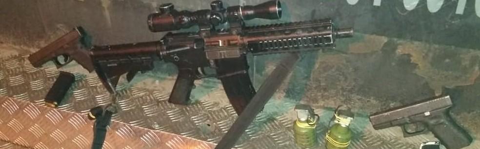 A arma de guerra, granadas e pistolas apreendidas em Senador Camará — Foto: Divulgação/Polícia Militar do Rio de Janeiro