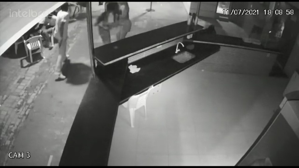 Instante em que o investigado saca arma e atira contra a vítima em Sorriso — Foto: Polícia Civil de Mato Grosso
