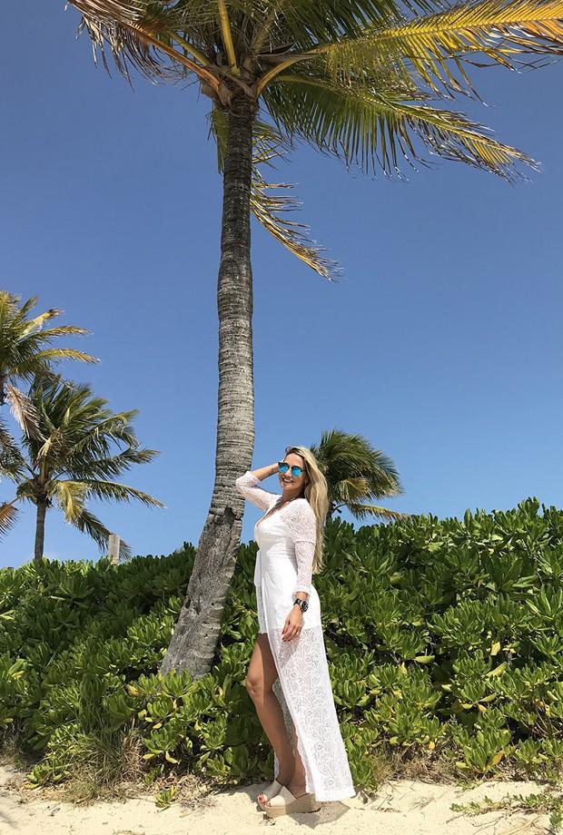 Ana De Biasi na Castway Cay, a ilha privada da Disney nas Bahamas.  (Foto: Divulgação)