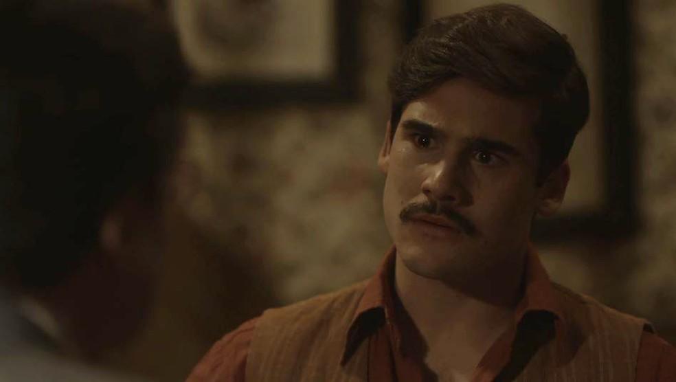 Alfredo (Nicolas Prattes) fica em choque com a postura de Júlio (Antonio Calloni) — Foto: Globo