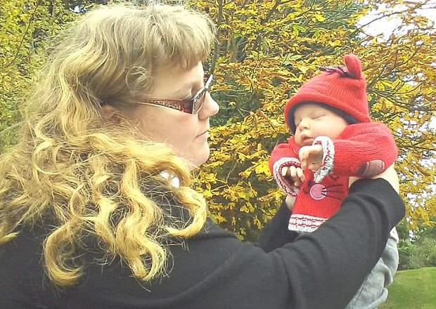 Natasha trata os bonecos como se fossem reais e diz que eles aumentaram sua autoconfiança (Foto: Reprodução / Daily Mail)