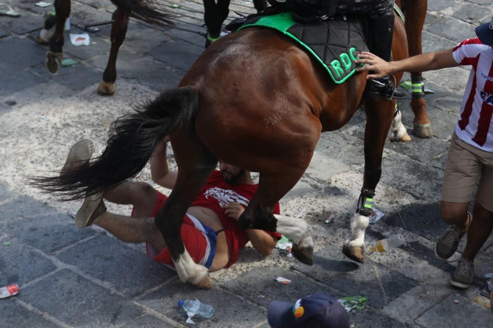 Torcedor do Náutico se deu mal, com intervenção da cavaleria â?? Foto: Aldo Carneiro / Pernambuco Press
