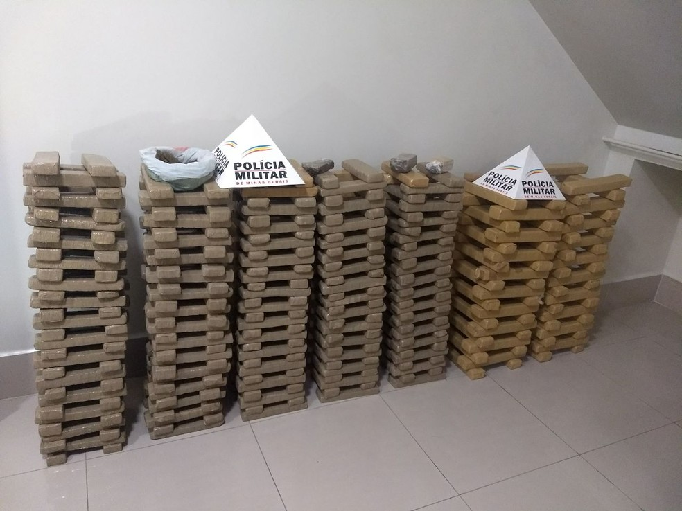 Apreensão das 385 barras de maconha resultaram num total de 250 quilos da droga (Foto: Polícia Militar / Divulgação)