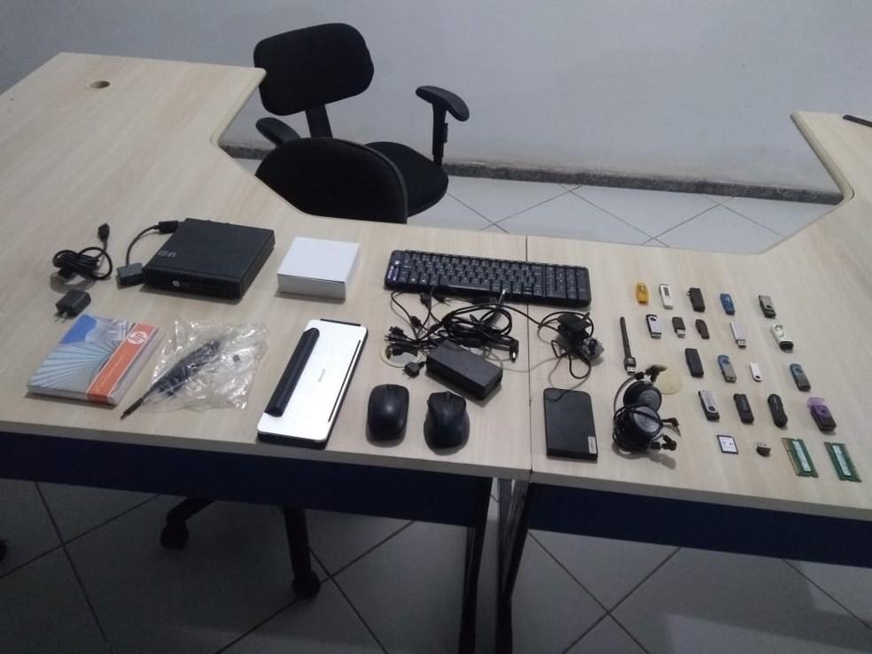 Com os suspeitos, a polícia encontrou vários equipamentos roubados (Foto: Polícia Militar da Paraíba/Divulgação)