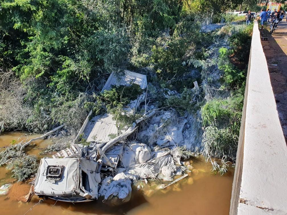 Caminhoneiro sofreu ferimentos graves após acidente — Foto: Raphael Costa/RPC Noroeste