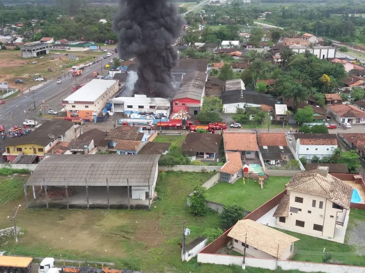 Incêndio atinge empresa de reciclagem em Araquari - G1