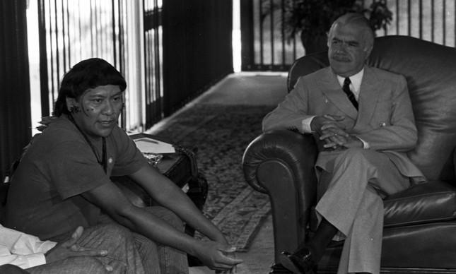 O líder yanomami Davi Kopenawa com o então presidente José Sarney, em 1989