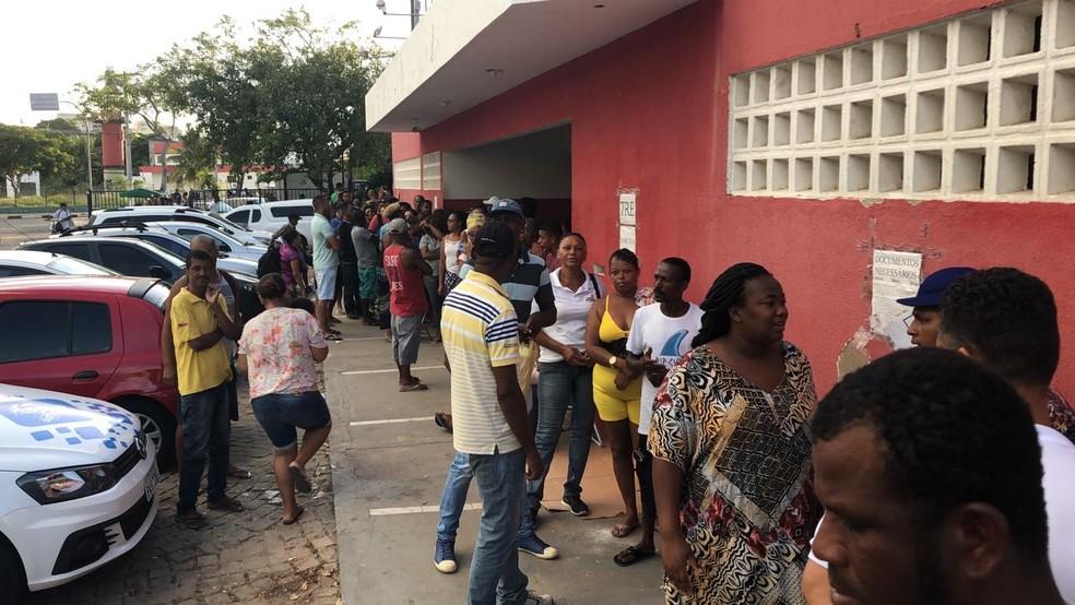 Com cobertores e marmitas, eleitores dormem em fila para fazer recadastramento biométrico em Lauro de Freitas — Foto: Vanderson Nascimento/TV Bahia