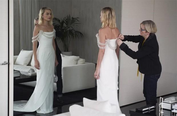 Margot Robbie em uma das provas do vestido (Foto: Divulgação)
