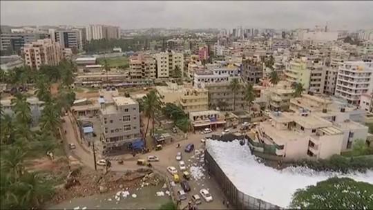 Espuma tóxica de lago poluído cobre ruas de cidade na Índia