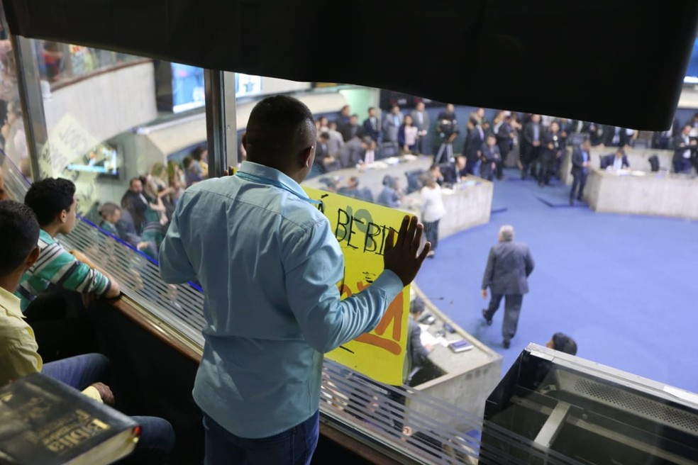 Opositores à liberação de bebidas nos estádios levam cartazes e rezam em galeria da Assembleia Legislativa do Ceará — Foto: José Leomar/ Sistema Verdes Mares