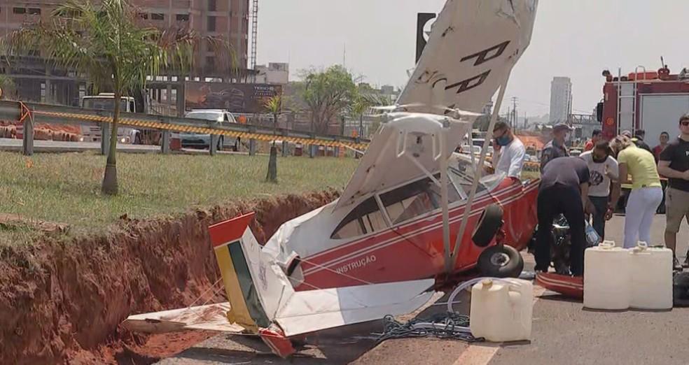 Monomotor perdeu sustentação por conta de uma falha no motor, segundo piloto relatou aos bombeiros — Foto: TV TEM/Reprodução
