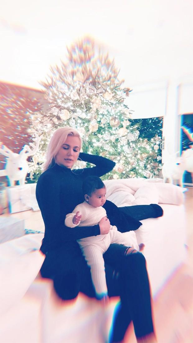Khloé Kardashian e a pequena True (Foto: Reprodução / Instagram)