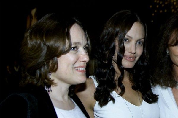 A atriz Angelina Jolie com a mãe, Marcheline Bertrand (1950-2007) (Foto: Getty Images)