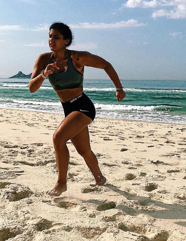 Giulia Costa treina na praia (Foto: Instagram/Reprodução)