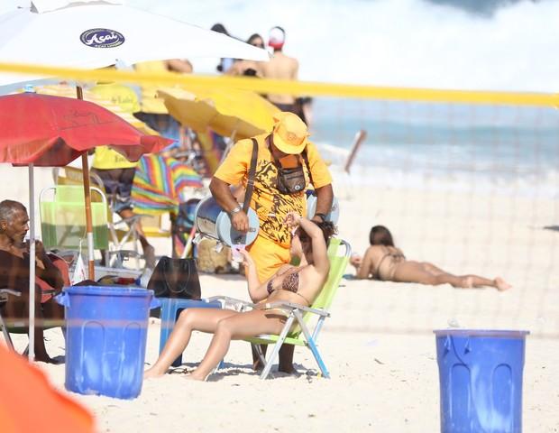 Romário curte praia com morena (Foto: AgNews)