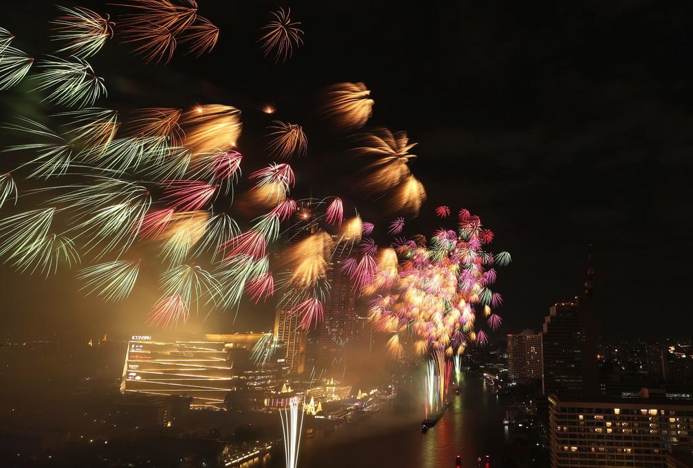 Fogos de artifício explodem sobre o rio Chao Phraya durante o ano novo em Bangkok, na Tailândia. — Foto: AP Photo/Sakchai Lalit