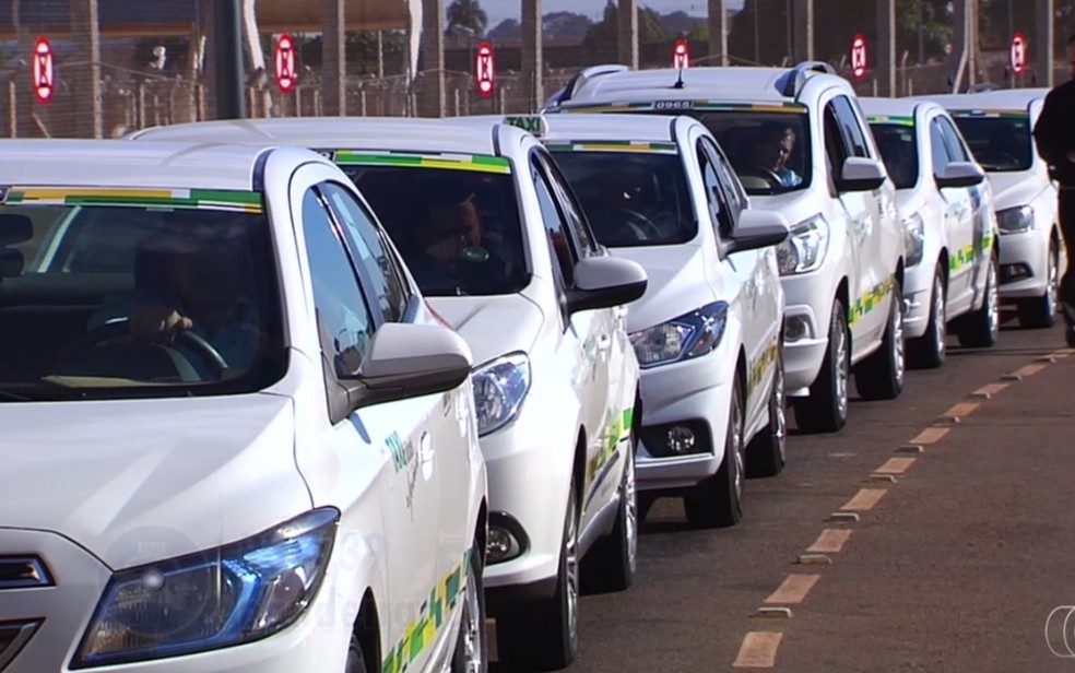 Cerca de 120 permissionários de taxi poderão fazer cobrança pré-paga no Aeroporto de Goiânia — Foto: Reprodução/TV Anhanguera