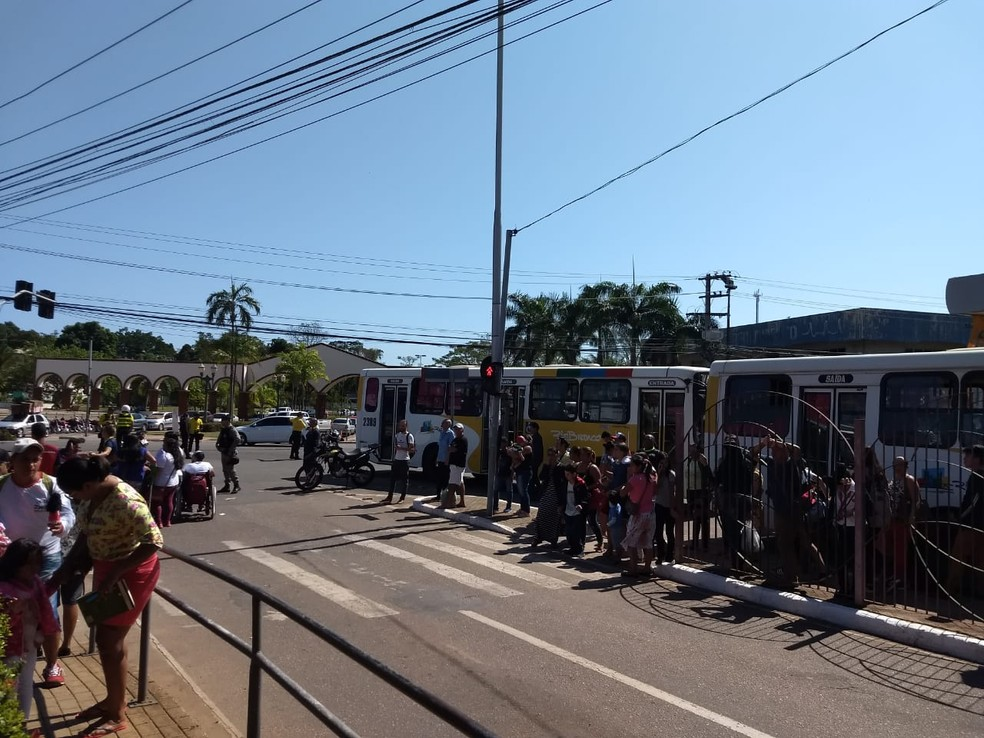 Grupo chegou a fechar o Terminal Urbano, em Rio Branco (Foto: Aline Nascimento/G1)