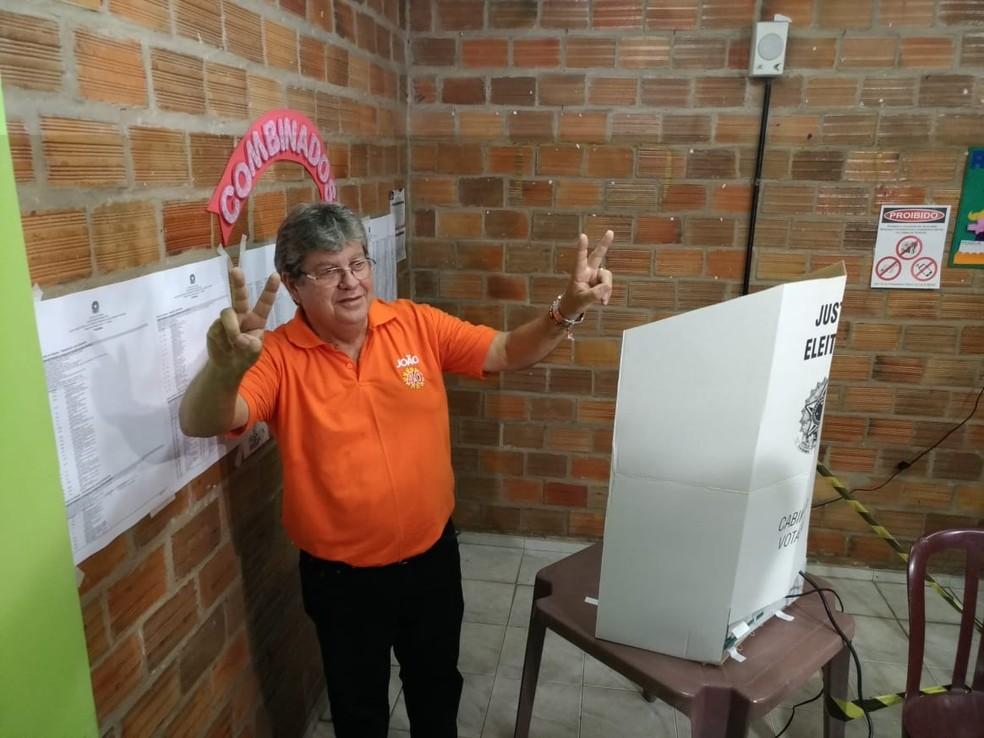 João Azevedo (PSB) vota em João Pessoa  — Foto: Hebert Araújo/TV Cabo Branco