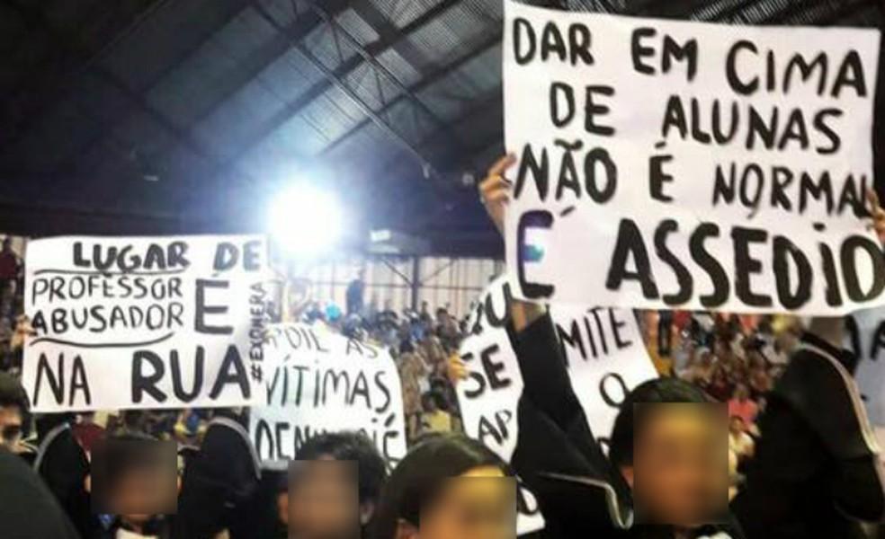 Formandas da UEM protestaram contra demora em investigações sobre assédio sexual por professores na colação de grau de 2018. (Foto: Divulgação)