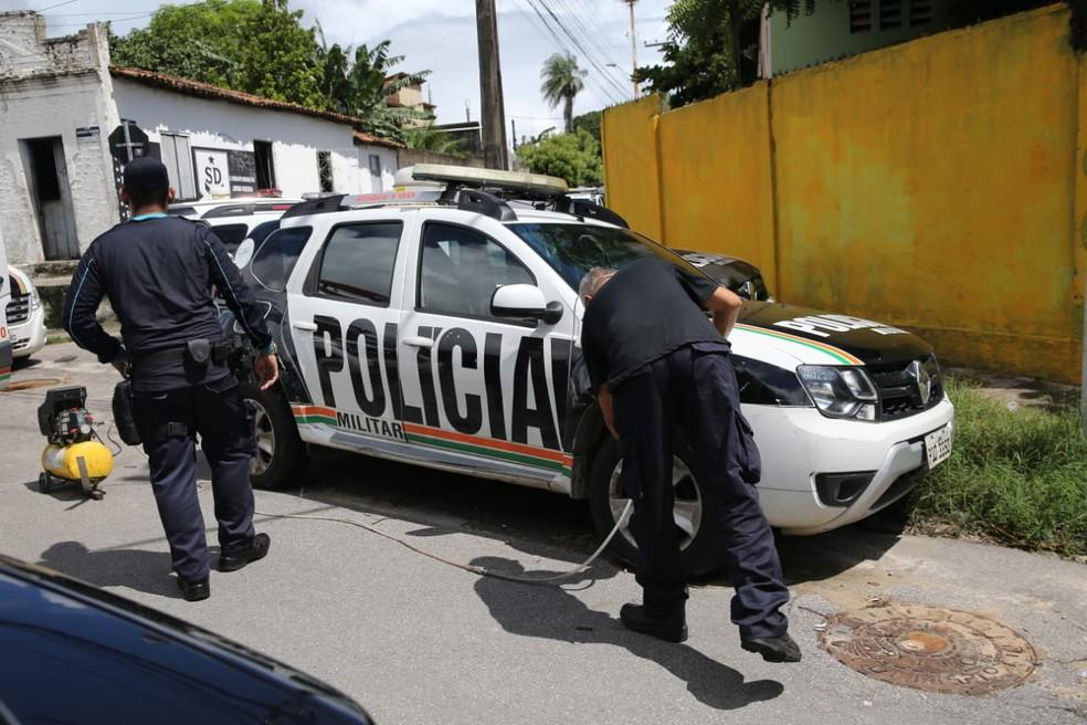 Carros da polícia têm os pneus recalibrados após fim do motim no Ceará  — Foto: Fabiane de Paula/SVM