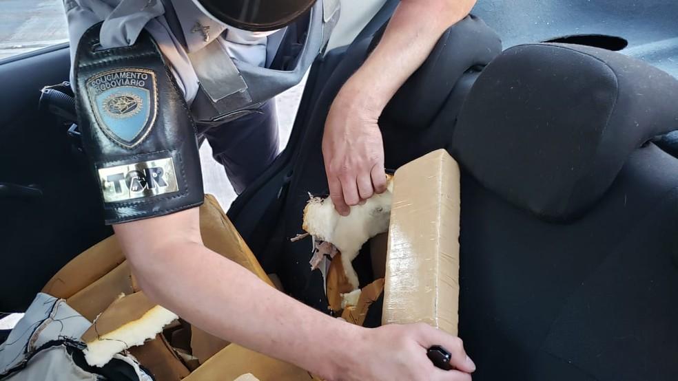 Polícia encontrou tabletes de maconha escondidos em revestimento de banco de carro, em Porangaba (SP) — Foto: Polícia Militar Rodoviária/Divulgação