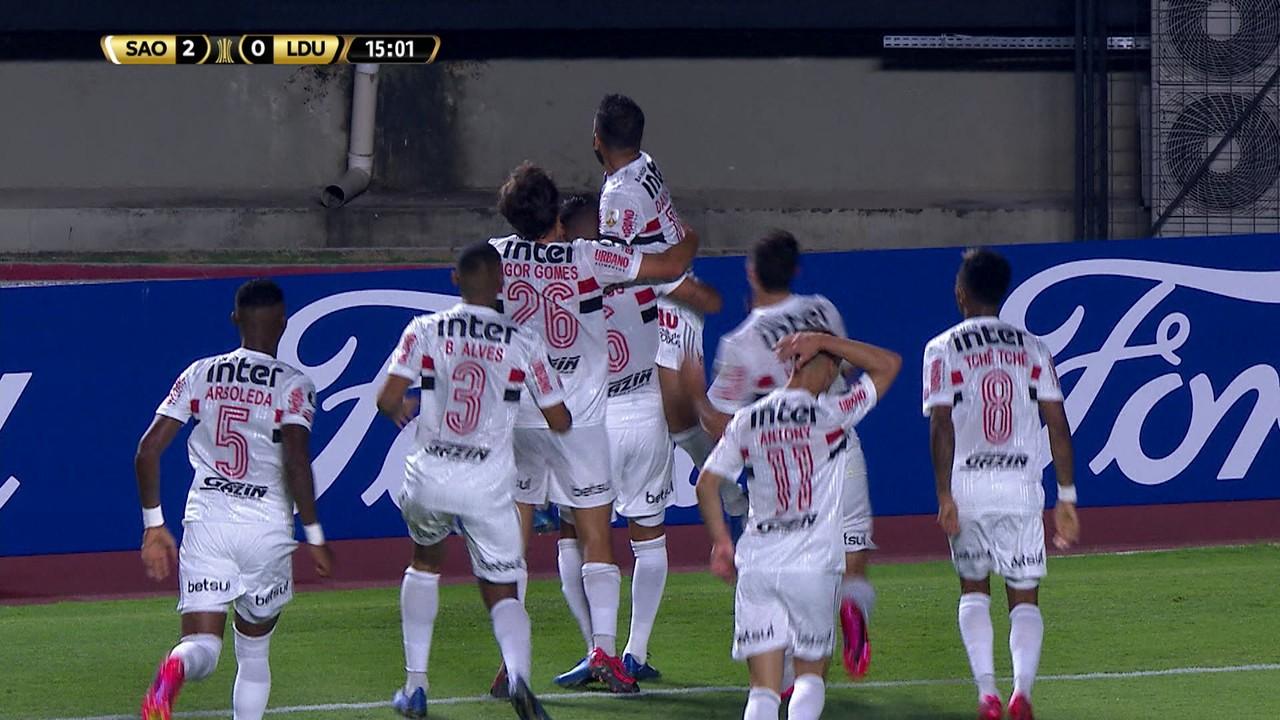 Gol do São Paulo! Reinaldo cruza para Daniel Alves ampliar, aos 14' do 1º Tempo