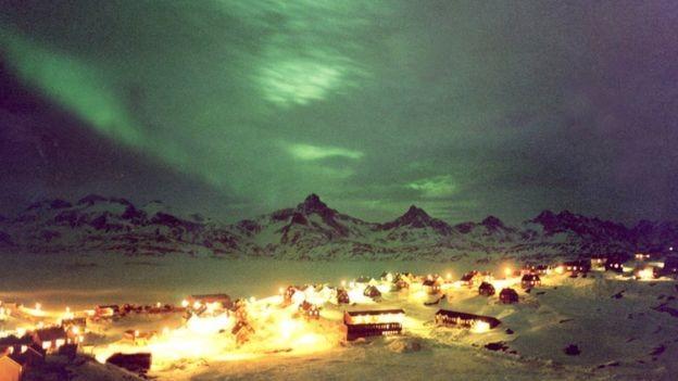 Aurora boreal ocorre após explosões solares, que por sua vez geram as tempestades magnéticas. Os polos norte e sul são as regiões de menor intensidade do campo magnético da Terra. Em seguida, está a região da AMAS (Foto: BBC)