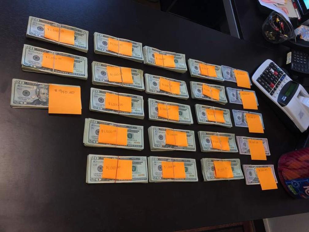 A foto, do dia 2 de agosto, mostra os quase US$ 23 mil que foram recuperados por um homem no Oregon, Estados Unidos. — Foto: Brian Sollom/Recology via AP