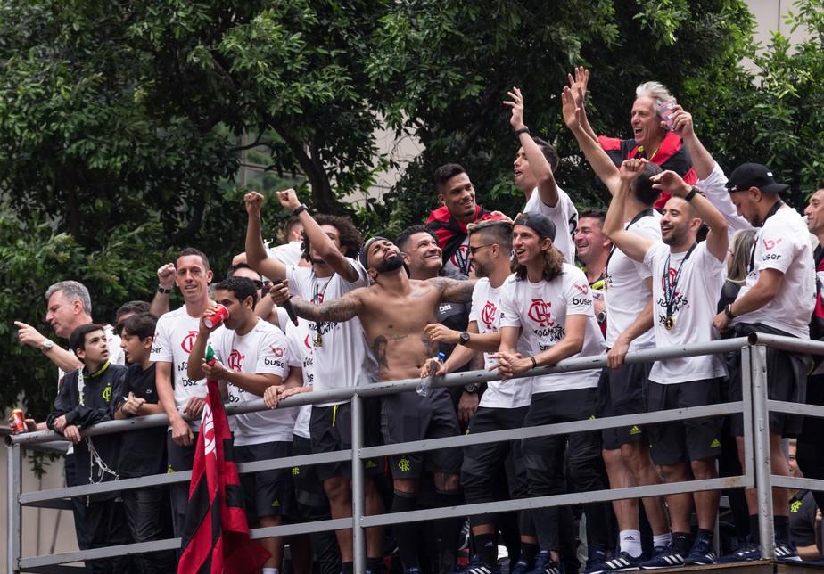 Pode levantar a plaquinha: Gabigol rege festa do Flamengo para multidão; PM tem trabalho