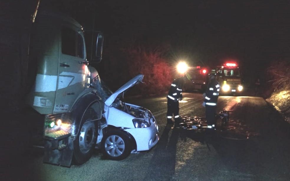 Carro foi atingido na lateral; vítimas morreram na hora — Foto: Corpo de Bombeiros/Divulgação