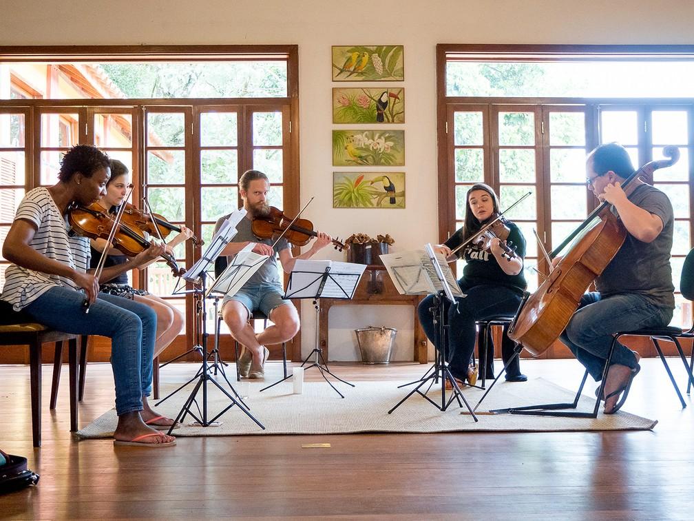 Jovens músicos e profissionais trabalham juntos para realizarem concertos na região de Mococa, SP (Foto: Miles Essex/Divulgação)