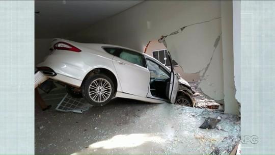 Motorista de 75 anos fica ferida após carro invadir sala em Umuarama