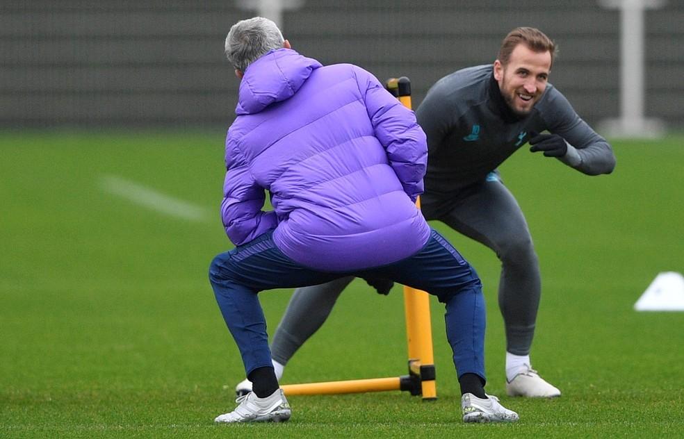 José Mourinho faz exercício ao lado do atacante Harry Kane em treino no Tottenham — Foto: Neil Hall/EFE