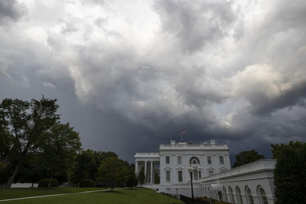 Nuvens de chuva se aproximam de Casa Branca, em Washington (EUA), nesta quinta-feira (25) — Foto: Alex Brandon/AP Photo