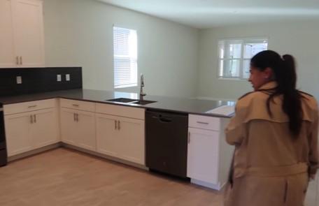 Simone na cozinha de sua mansão em Orlando Reprodução