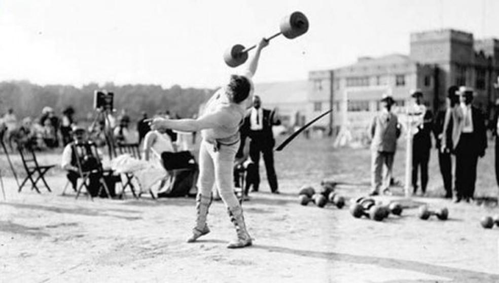 Levantamento de peso com uma mão em 1896  — Foto: Reprodução