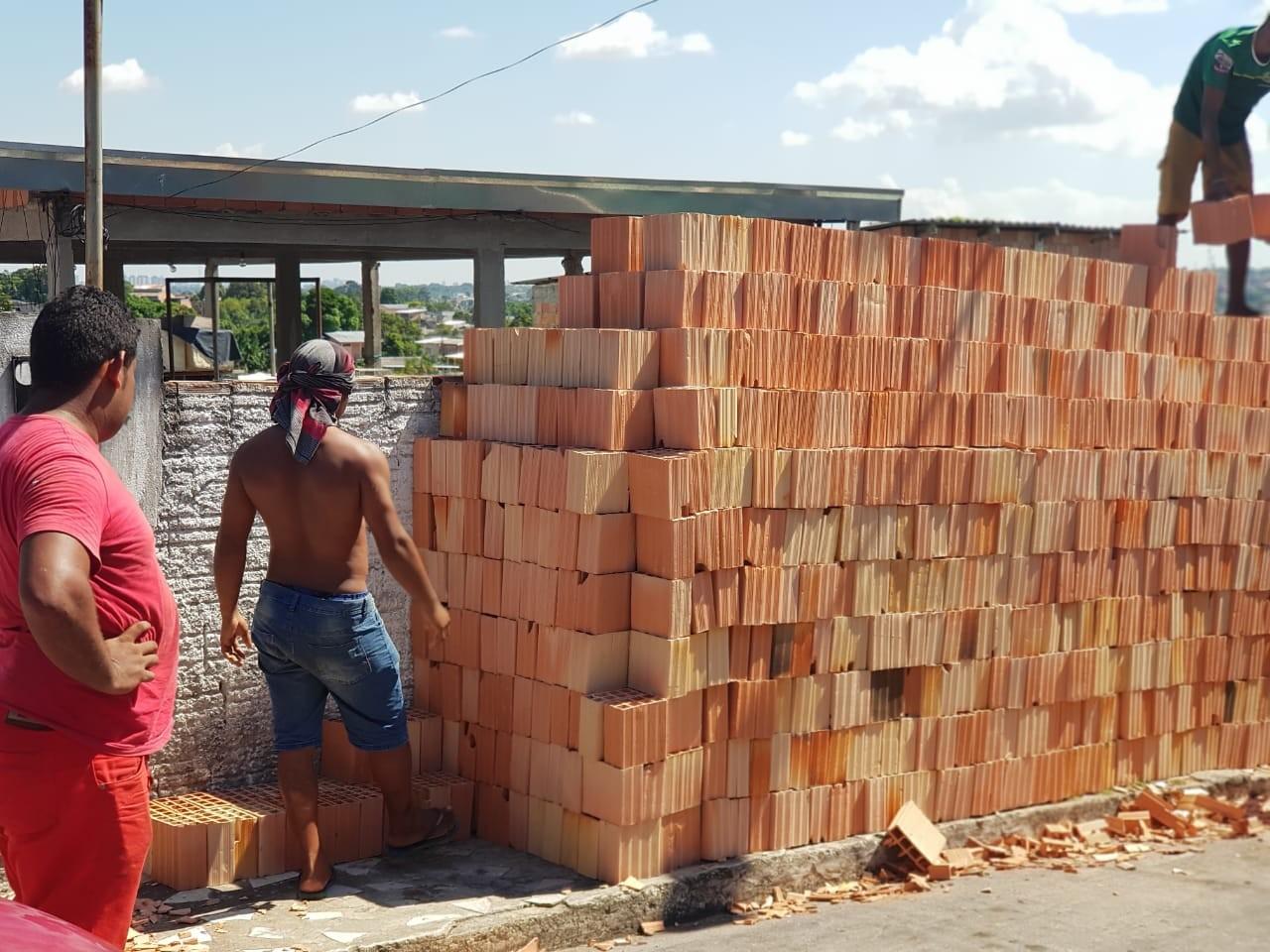 Dupla é presa suspeita de integrar quadrilha que aplicava golpes em venda de tijolos, em Manaus