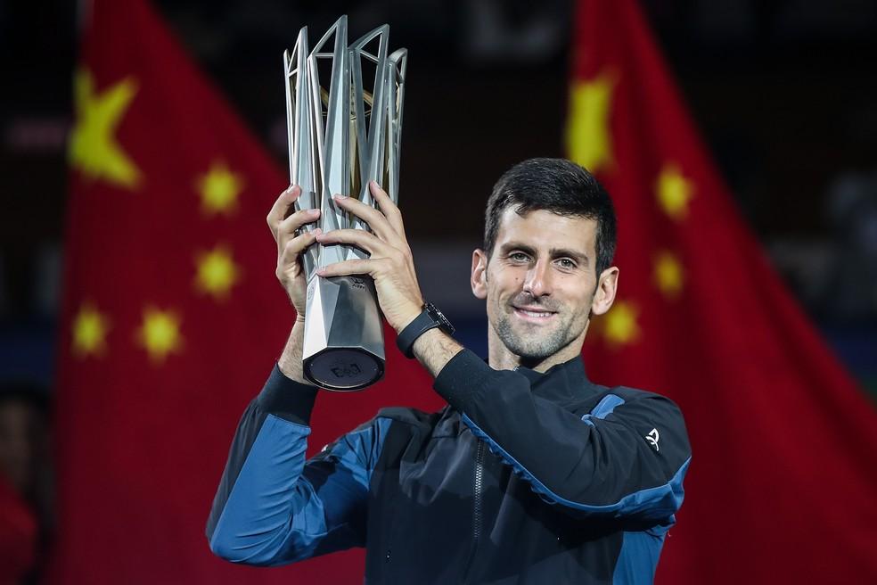 Djokovic posa com o troféu do Masters 1000 de Xangai — Foto: Getty Images