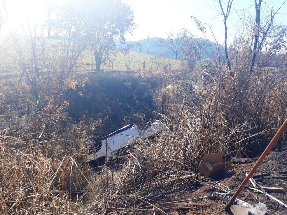 Carros foram arremessados para fora da pista  (Foto: Michele Ferreira/G1)