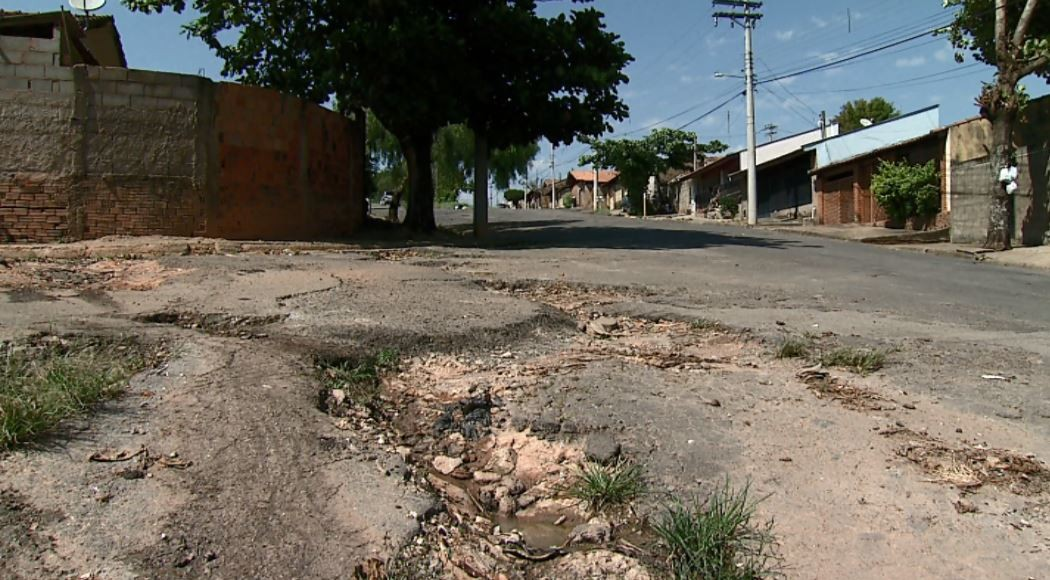 Buracos e entulhos em bairro de São José do Rio Pardo geram transtornos a moradores - Notícias - Plantão Diário