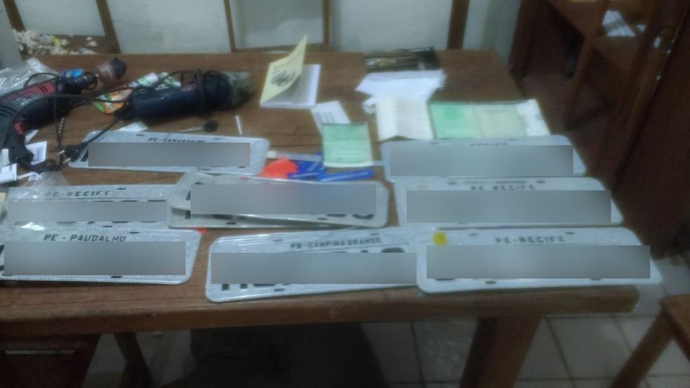 Nove veículos e as 12 placas apreendidas foram encaminhados para o Depatri (Foto: Divulgação/PM)