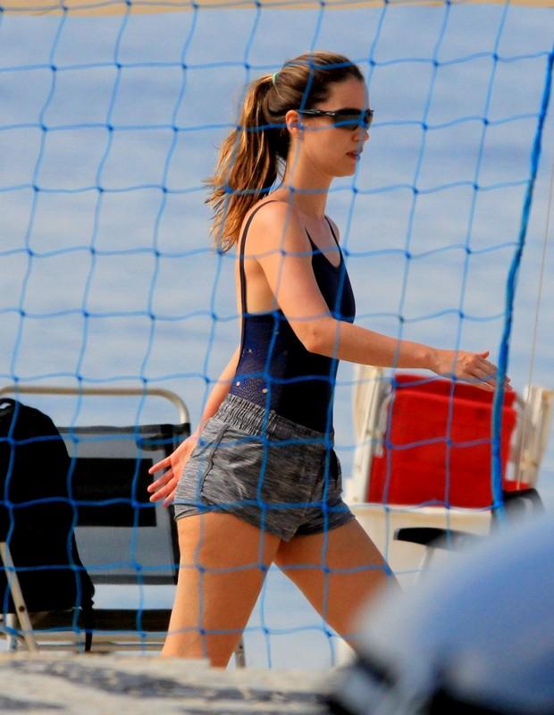 Nathalia Dill se exercita em praia carioca (Foto: AgNews)