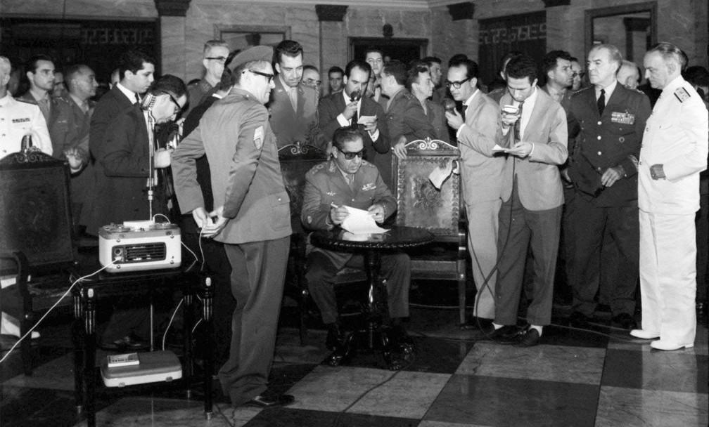 Costa e Silva (sentado à mesa) edita o Ato Institucional nº 1 (AI-1)  — Foto: Arquivo/O Globo