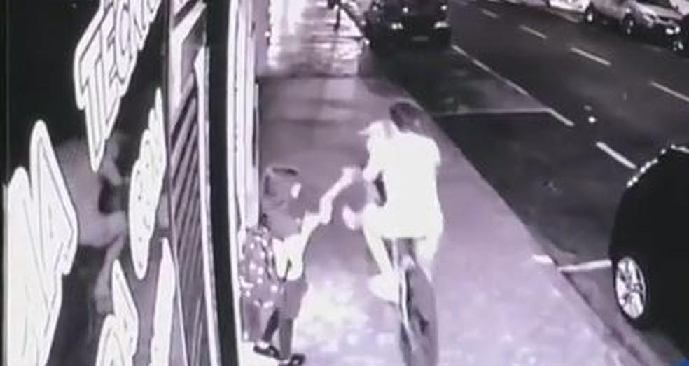 Câmera de segurança flagrou furto de celular em Birigui (SP) (Foto: Reprodução/Circuito de segurança)